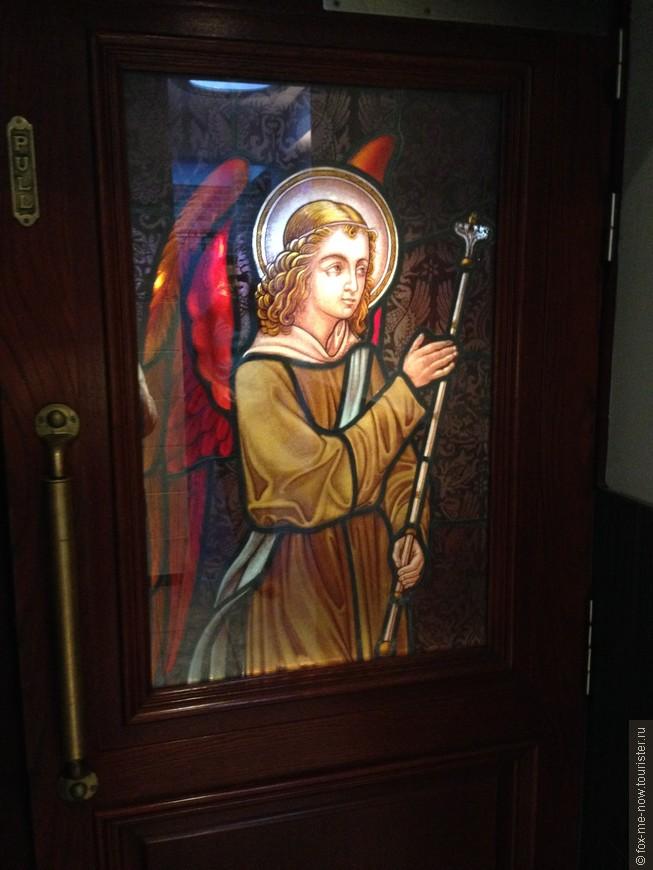Просто дверь в уборную в пивной Gambrinus. По части интерьера эта пивная пожалуй самая симпатичная.