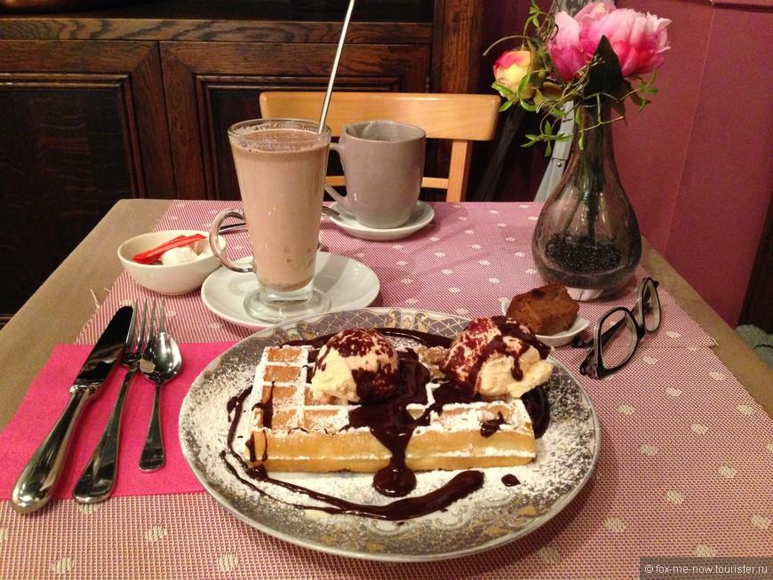 Если есть возможность, бельгийские вафли советую пробовать в чайных (Tea room), а не в уличных киосках, все таки они здесь хоть и дороже, но намного вкуснее. Здесь же можно согреться чашкой горячего шоколада. Мне очень понравилась уютная чайная Ginger bread (Sint-Amandsstraat 29)