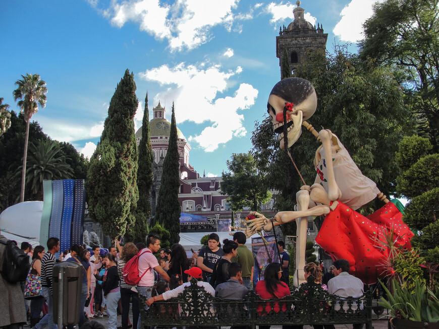 1-2 ноября в Мексике отмечается День Мертвых. Этот праздник объединяет доиспанские традиции Мезоамерики с католической верой, принесенной испанскими конкистадорами.  Пуэбла - один из старейших городов Мексики, лежащий на равнине, окруженной четырьмя вулканами. Находится в двух часах от Мехико. Исторический центр Пуэблы входит в список Всемирного наследия ЮНЕСКО.
