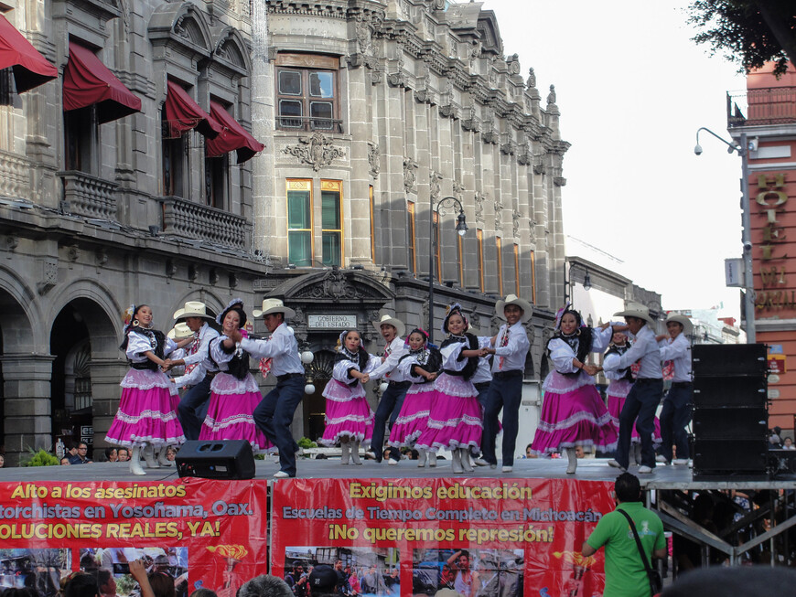Танцоры из Оахаки на главной площади Пуэблы.