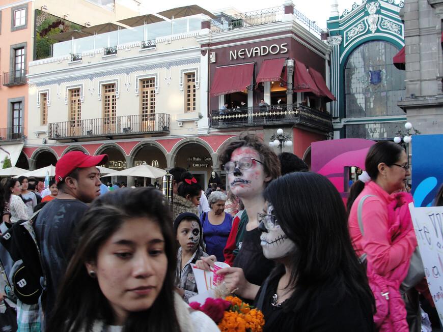 В это день на улицы вышли и активисты - студенты вышли на митинг по поводу свободы прессы.