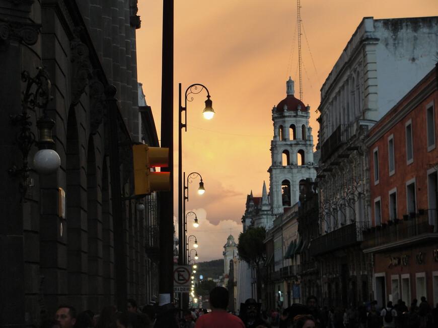Закат окрасил облака в удивительный оранжевый цвет. К слову, закаты в Пуэбле почти всегда очень красивые.