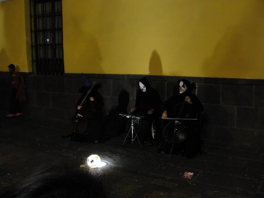 Такие уличные музыканты только способствуют праздничной атмосфере.