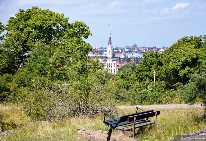 Можно присесть  на лавочку и полюбоваться сверху на панорамы  Эстермальма.