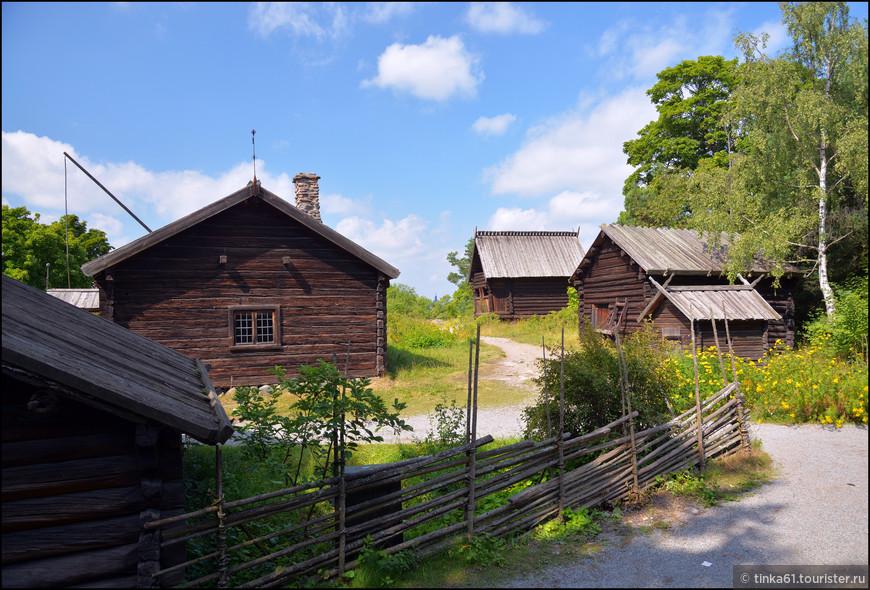 На территории Скансена можно увидеть  множество крестьянских домов из разных уголков Швеции различных эпох.