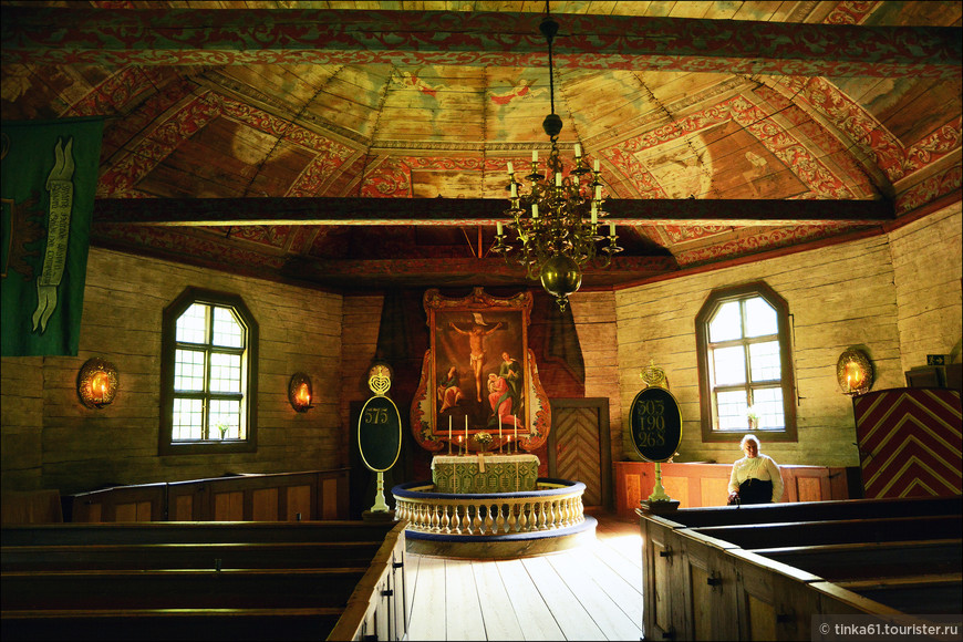 Интерьеры церкви с расписными потолками.