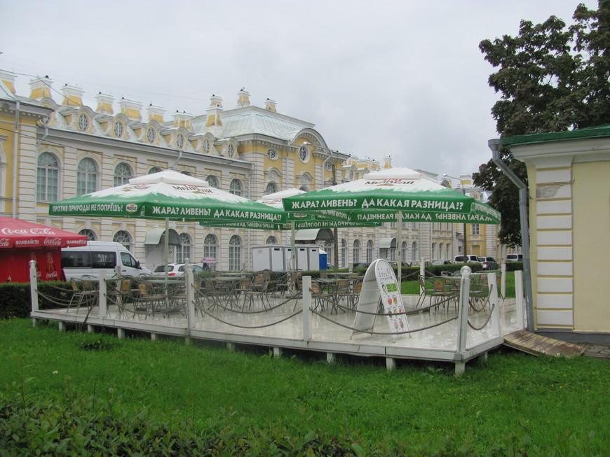 А это в Петергофе! Только что закончилась гроза. Посетители кафе ещё отсиживаются в соседнем здании.