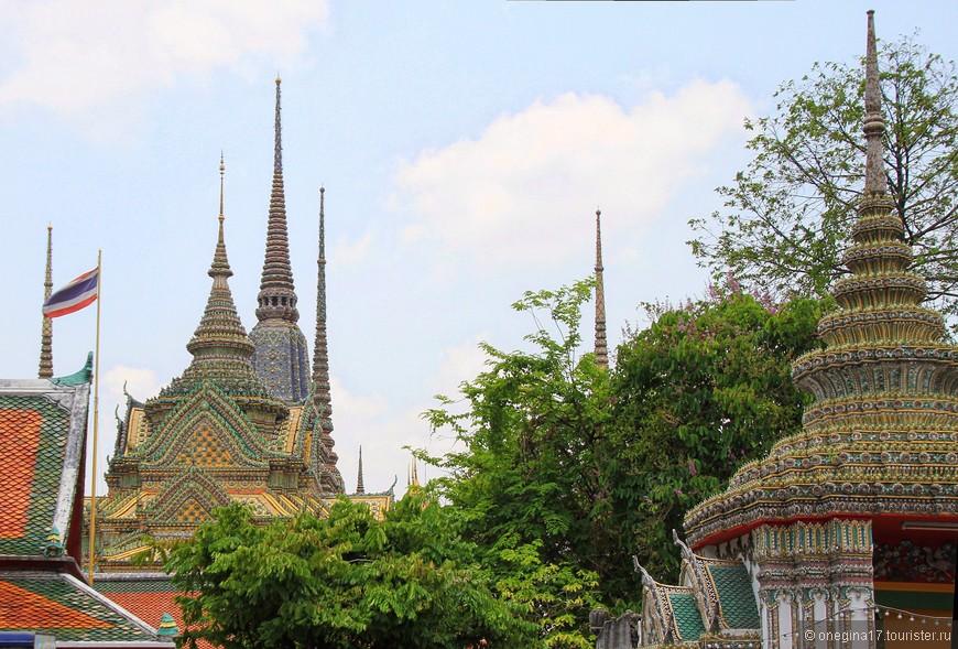 Красота храма Лежащего Будды заметна издалека, еще на подходе. Сказочно красиво, сказала бы я про этот храм!