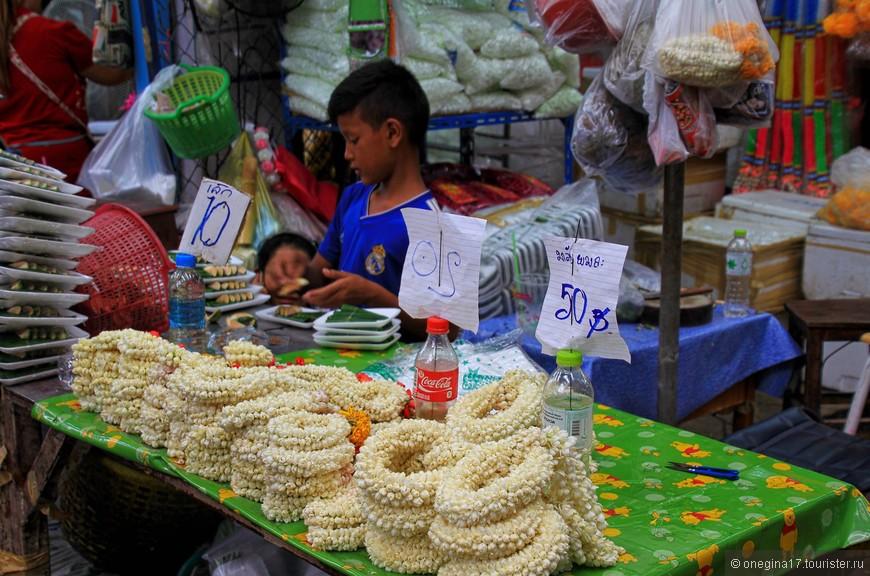 Гирлянды из жасмина сначала унюхаешь, потом уже увидишь. Для меня Бангкок пахнет жасмином, остальные ароматы я просто забыла.