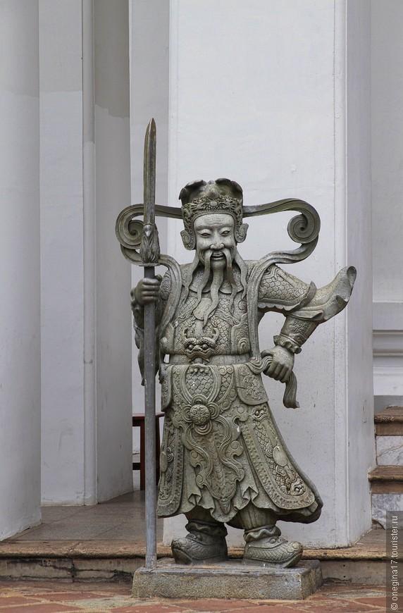 На территории очень много статуй хранителей храма, привезенных их Китая в 19 веке.