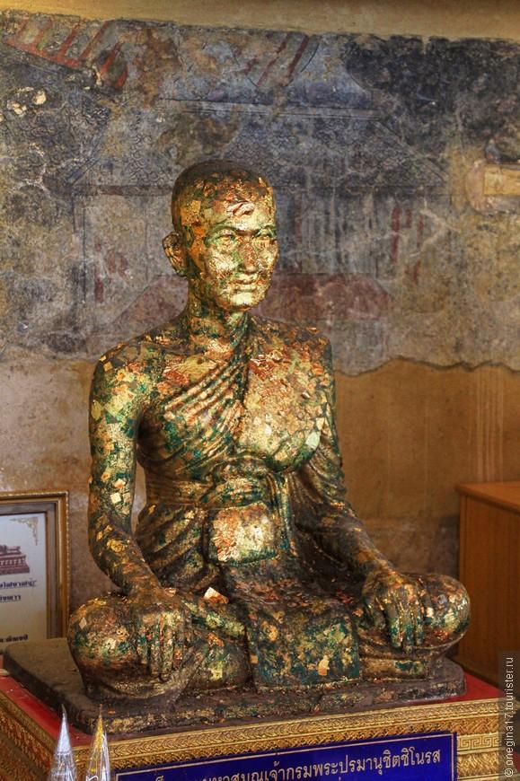 Золота здесь много. Тайцы верят, что прикрепленная на проекцию больного органа золотая фольга, помогает исцелению.
