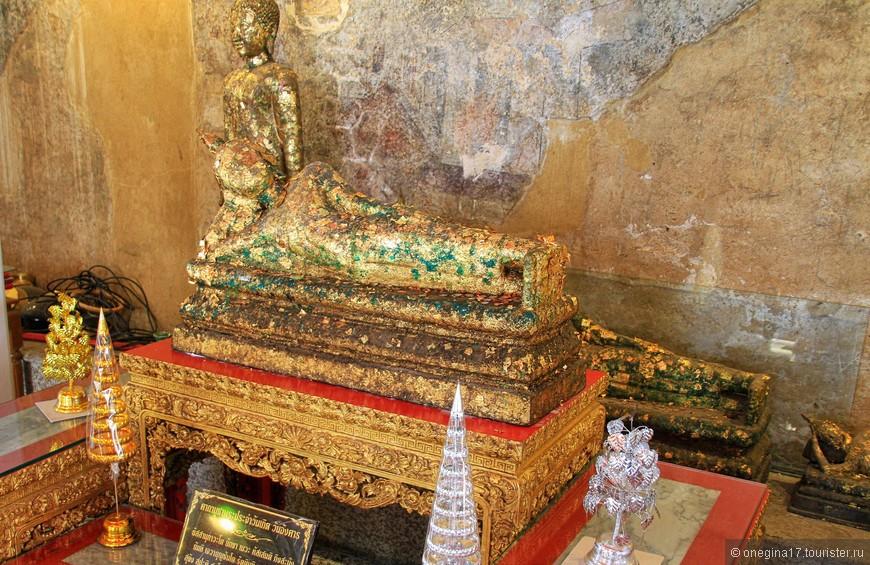 Лежащий Будда размером сильно поскромнее. Его и смотреть удобнее (хотя бы голову задирать не надо), и фотографировать проще.