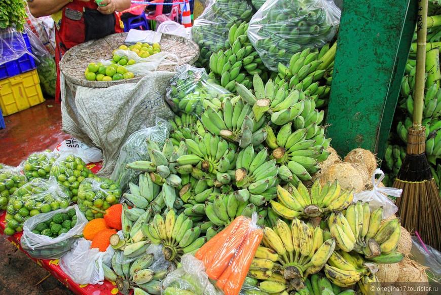Продавщица очень уговаривала меня купить бананы, но бананы я не ем, даже тайские...