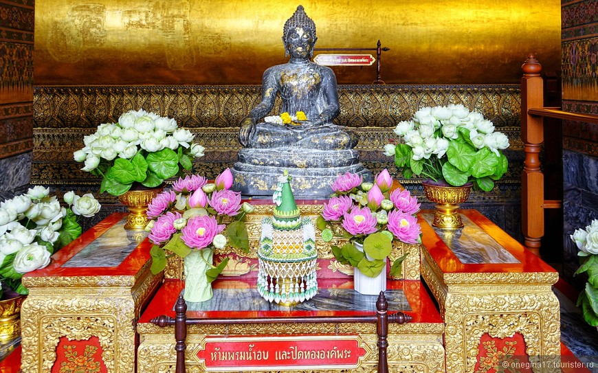 Перед Лежащим Буддой стоят Будды поменьше, но популярности их у тайцев это не препятствует, как я успела заметить.