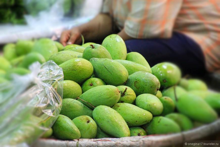 Манго. Даже зеленые очень вкусные, нигде нет таких ароматных и сладких манго!