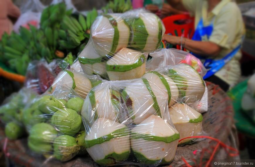 Кокосы и неведомый мне фрукт. Живи я в Бангкоке, одними фруктами питалась бы!