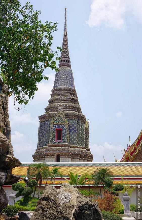 Сад вокруг Будды красивейший - водопадики журчат, статуи любопытные стоят, ступы выглядывают отовсюду - не знаешь, куда бежать в первую очередь...