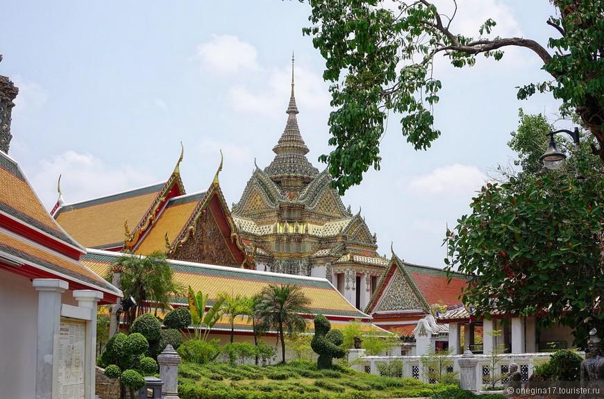 Самая красивая территория храма досталась Лежащему Будде. Может и поэтому он улыбается, и не в одной нирване дело...
