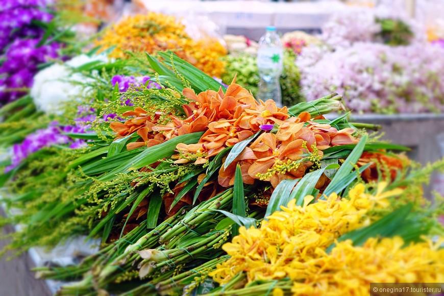 Я бы включила цветочный рынок в туристические маршруты по Бангкоку. Такой красоты много не бывает, а выйти с рынка с охапкой приглянувшихся цветов, будет очень приятно. Лучшего сувенира и не придумать, даже несмотря на его недолговечную красоту...