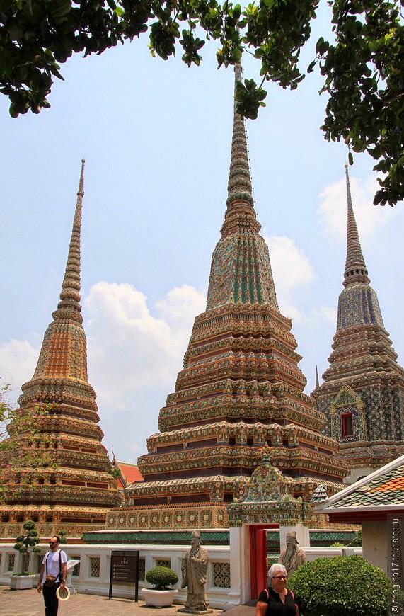 Четыре огромных ступы в честь правителей Таиланда. Тоже весьма впечатляюще зрелище.