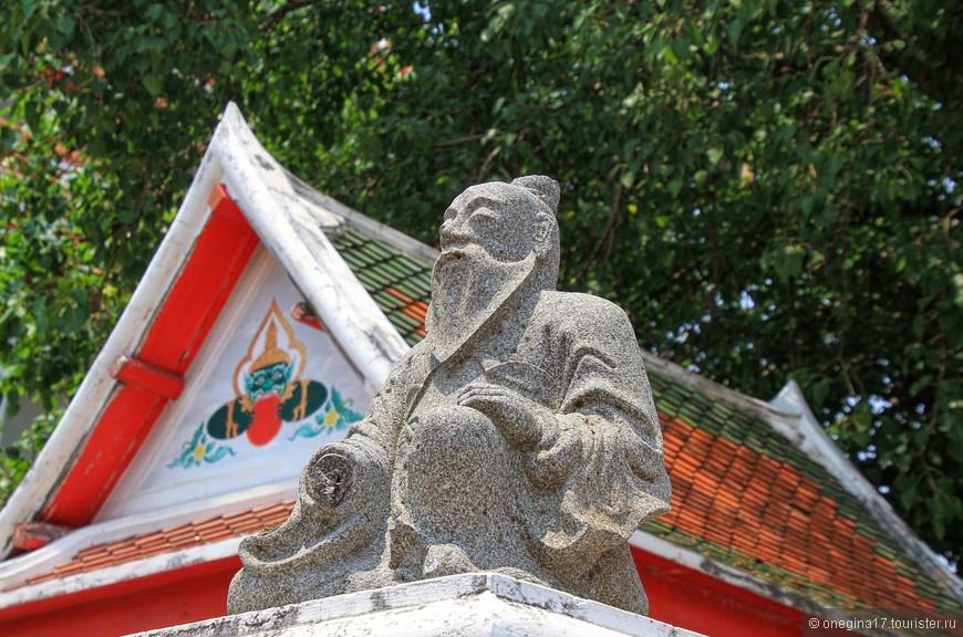 В храме Лежащего Будды улыбаются все, даже замершие на своих постах хранители...