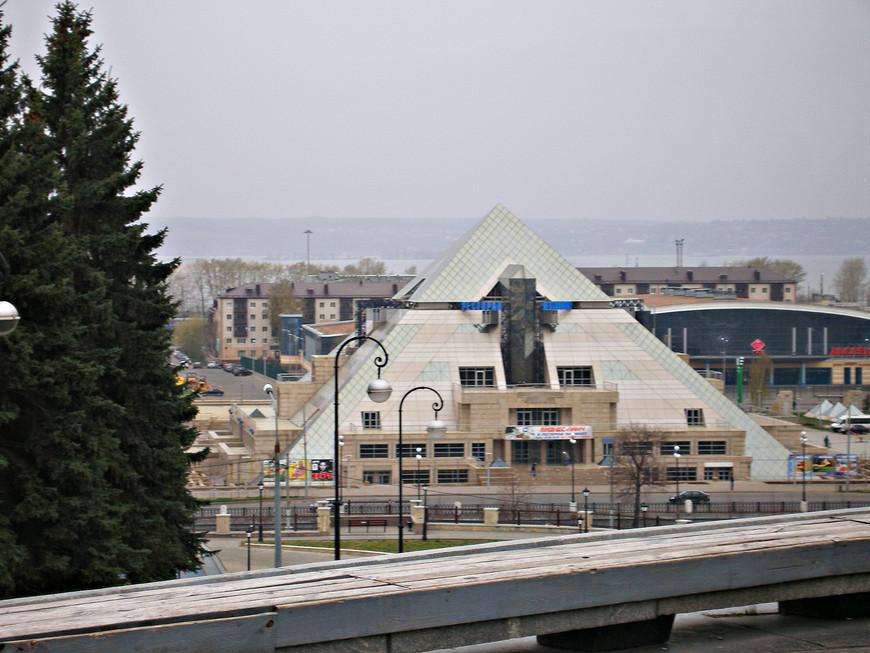 """По дороге в Кремль. Культурно-развлекательный комплекс """"Пирамида"""". Пример оригинальной современной архитектуры."""