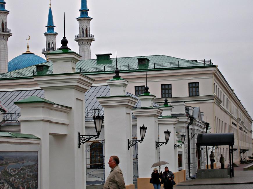 Кремль. Бывшее Юнкерское училище. Сейчас здесь располагаются различные музеи, в том числе Национальная картинная галерея «Хазине».