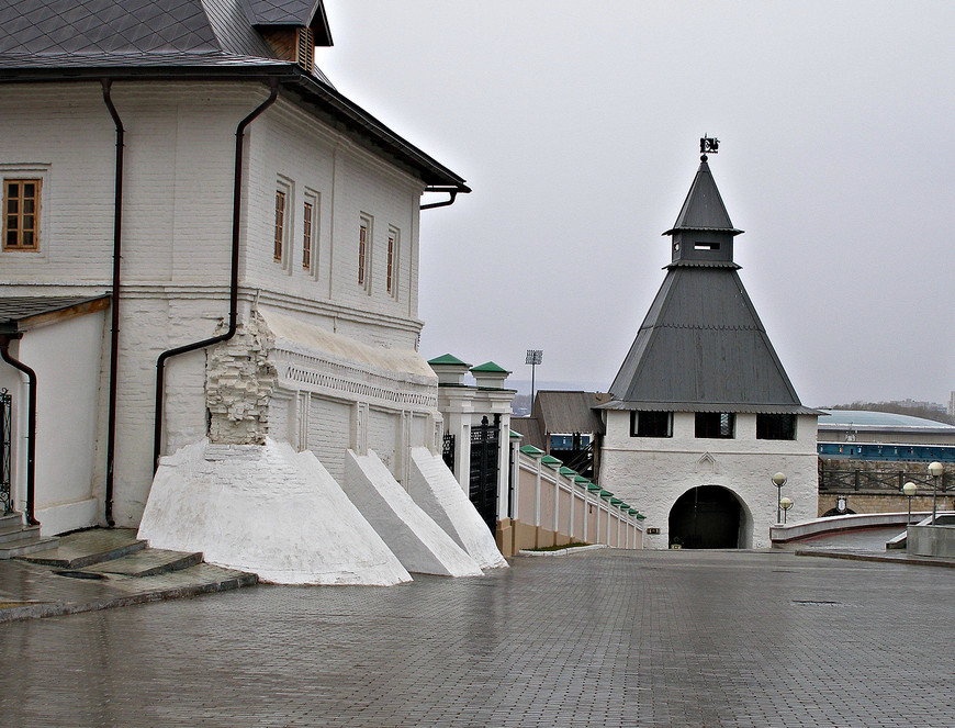 Кремль. Братский корпус и Преображенская башня.