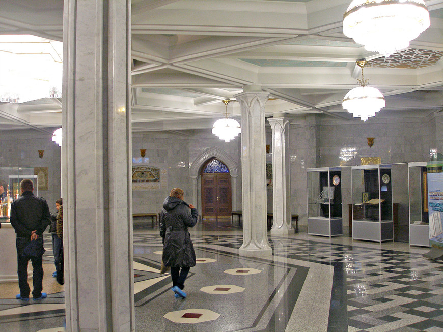 Нижний зал мечети.