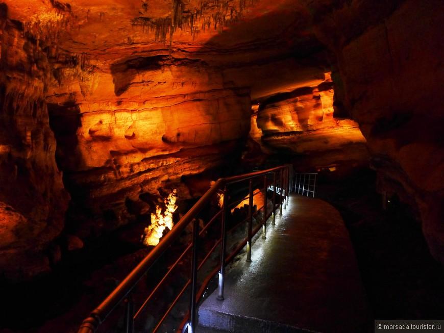 Говорят, что в пещере водятся летучие мыши (гамура), но я их не заметила.