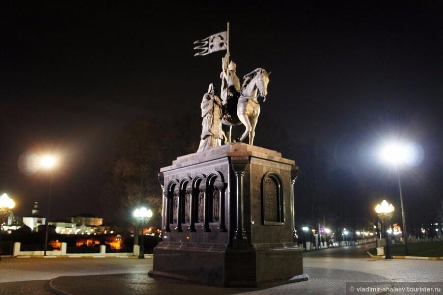 Здесь на смотровой площадке летом 2007 года был установлен памятник Владимиру Красное Солнышко и святителю Феодору. Владимир изображён на коне, рядом идёт святитель.