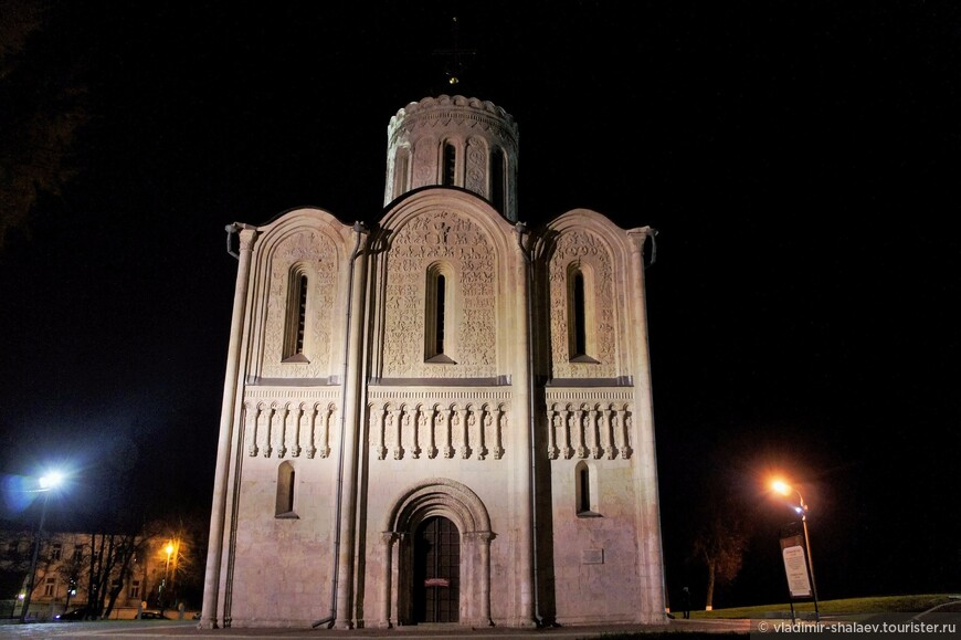 Дмитриевский собор, как и храм Покрова на Нерли, построен из известняковых камней.