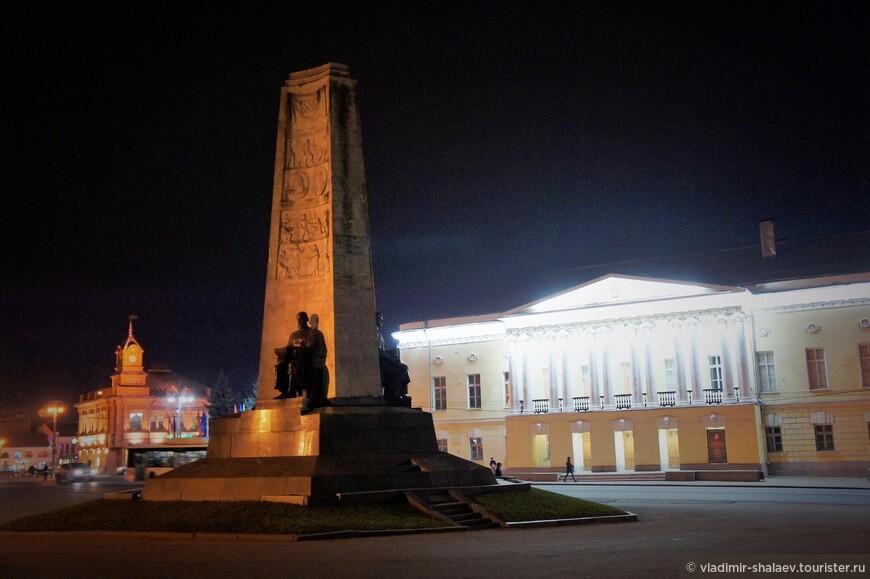 """Монумент в честь 850-летия Владимира был заложен в 1958 году. По сторонам трехгранной призмы расположены три фигуры: древний воин, обращенный в сторону оборонительных Золотых Ворот, зодчий, обращенный в сторону Успенского собора и современный рабочий, обращенный к промышленной части города. Местные жители почему-то называют памятник """"Три лодыря"""", потому что они всегда сидят.  Я бы на месте фигур обиделся бы, встал и ушёл..."""