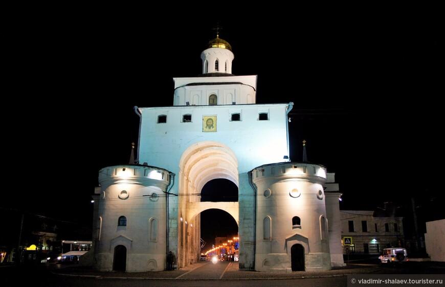По одной из легенд, в июне 1767 года карета императрицы Екатерины II, когда она проезжала через Владимир в Нижний Новгород, при въезде во Владимир застряла в арке ворот в большой луже. По распоряжению императрицы валы были частично срыты с обеих сторон Золотых ворот, и были устроены проезды в обход ворот.