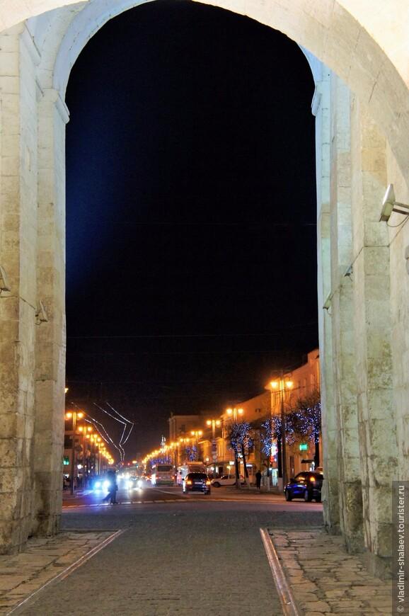 От Золотых ворот начинается Большая Московская улица - центральная магистраль города.