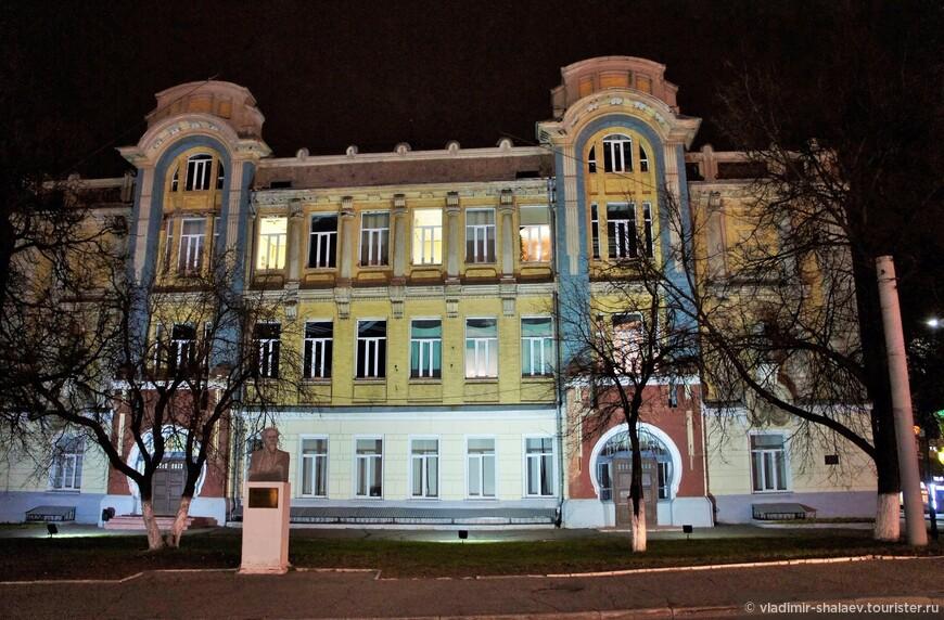 Реальное училище. Здание построено в 1908 году в стиле модерн на месте деревянного городского театра.  В 1950 году здесь был основан Владимирский государственный педагогический институт. В 1961-1962 гг. в нём учился Венедикт Ерофеев  (автор поэмы «Москва — Петушки»), но был отчислен.