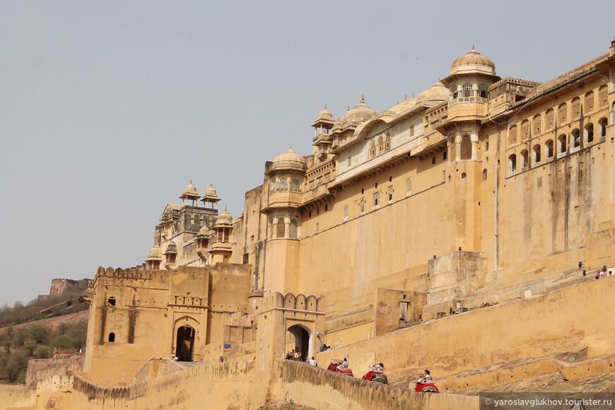 Форт Амбер начал строить раджа Ман Сингх I в 1592 году, а закончил Джай Сингх I в XVII веке.