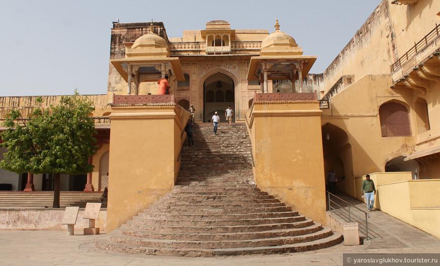 На главную площадь форта можно попасть, пройдя через храм Шила Деви.