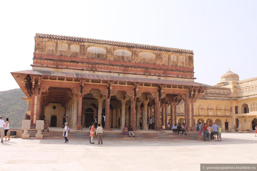 Главная площадь форта Амбер. Здание справа — Диван-и-Аам.