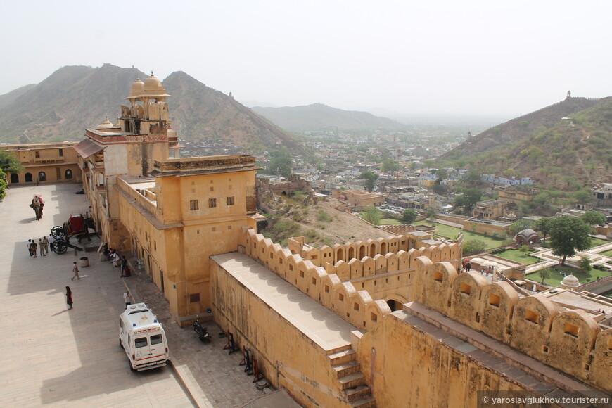 Из здания Диван-и-Аам открываются отличные виды на стены форта, город Амер и горы Аравалли.