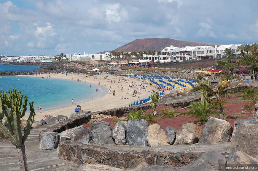 Народ расслабляется на пляже.