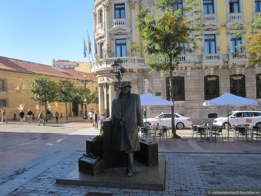 """из огромного количества бронзовых скульптур, одна из наиболее популярных """"Путешественник"""" она же  иконка фэйсбука обозначающая в интересах """"путешествие"""""""