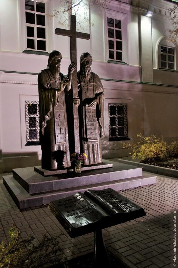 Знаменская церковь Нижнего Новгорода известна тем, что в ее приходе родились и были крещены святые прп. Евфимий Суздальский и Макарий Желтоводский.