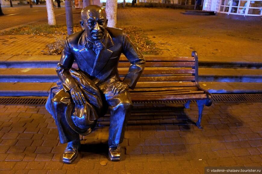 Памятник Евгению Евстигнееву возле драматического театра им. М.Горького.