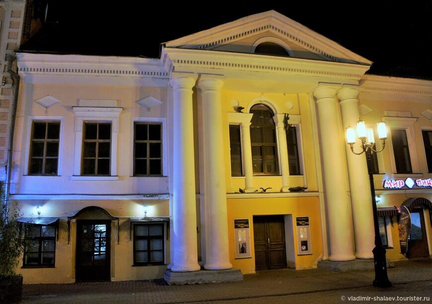 Это здание построено в 1799 году. Сейчас здесь учебный театр театрального училища им. Е. Евстигнеева.