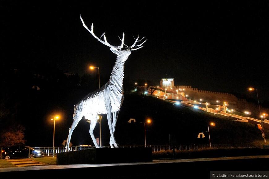 Пятиметровая скульптура оленя - символа Нижнего Новгорода и Нижегородской области, выполненный в оригинальной технике из металлических пластинок.
