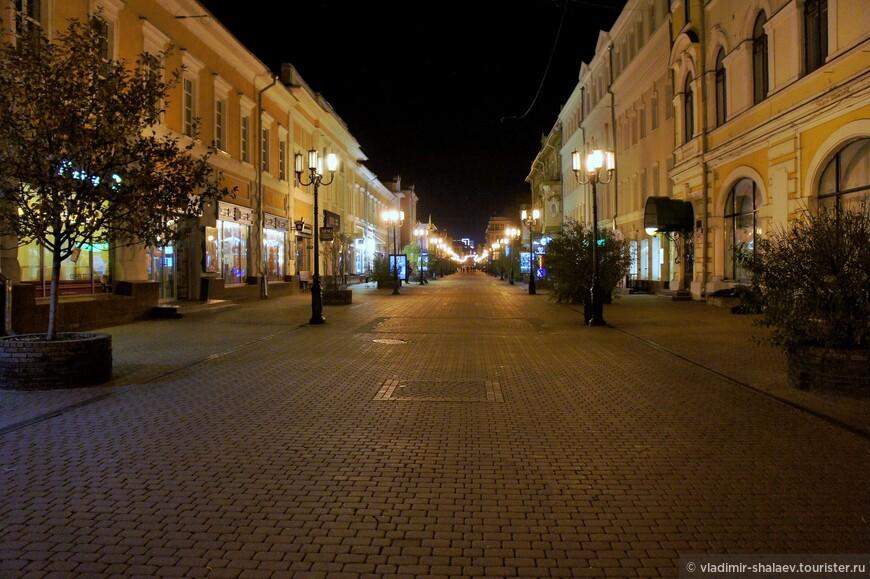 Большая Покровская улица. Это единственная в городе пешеходная улица и проходит она по исторической части Нижнего Новгорода. Исторически, Покровка была одной из первых улиц города.