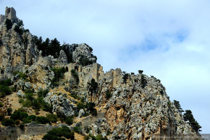 Замок расположен на вершине горного утеса на высоте 725 метров над уровнем моря. Мы поднимемся на самую верхушку.