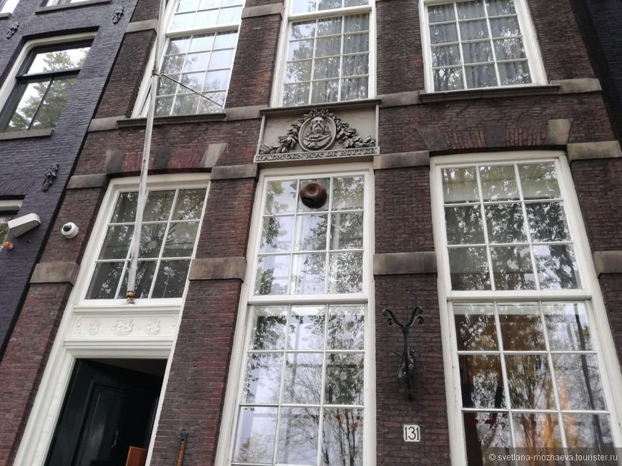 Неподалеку от Башни плача расположен дом, в котором жил Адмирал Михаэль Раутер.