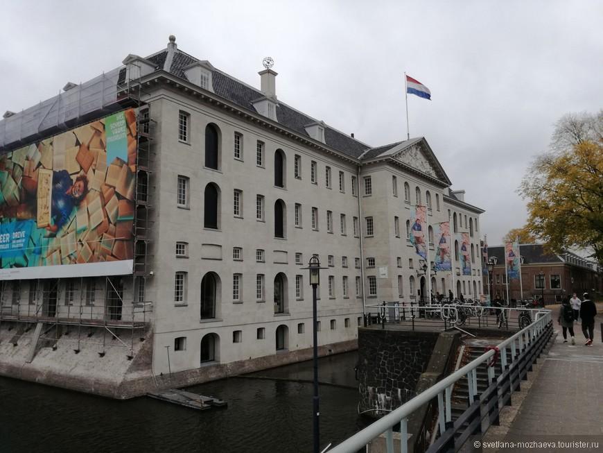 Здание музея с 1972 года. Первоначально в 1656 году Даниэль Сталпаерт построил склад-магазин Адмиралтейства. Здесь можно было приобрести пушки, снаряжение и судовое оборудование и заправить судно дождевой водой. Здание собирало дождевую воду для этих нужд.